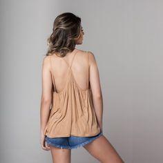 Regata toda drapeada e com decote lindo e delicado nas costas! Pra quem ama um básiquinho cheio de charme ;) #moda #modafeminina #modacasual #regata #lookbasico #camisetabasica