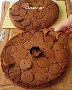 Çok pratik mini pastalarimla herkese merhabalar ❤ Bugun kolay bir tarif var..Dakikalar icinde hazirlayip sunabilirsiniz.Ayrica sunumuda cok şık.Pastalarda kullandigim labneli kremayla yaptim. Mini pastalar 1 paket hazir pandispanya Kekleri islatmak icin: Yarim cay bardagi sicak du 1 tatli kasigi ... Mini Patisserie, Casserole Recipes, Cake Recipes, Pasta Cake, Arabic Food, Cake Pops, Chocolate Cake, Food And Drink, Cooking Recipes