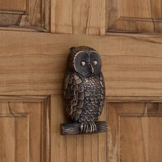 Nature lovers will appreciate this bronze door knocker featuring an intricately detailed owl. An elegant addition to your front door, the Solid Bronze Owl Door Knocker will serve as both a functional and decorative piece. Door Knockers Unique, Brass Door Knocker, Door Knobs And Knockers, Owl Door, Unique Doors, Door Accessories, Door Furniture, Porches, Door Handles