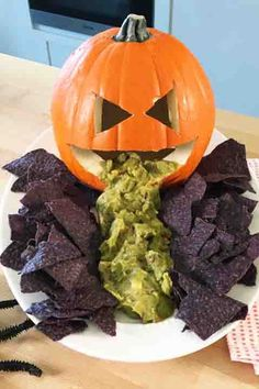 Everyone loves chips and guac, but they'll get a creepy kick out of a display that looks like a Jack-o'-Lantern is barfing up the apps. Click through to get the recipe and see more scary Halloween party appetizers! Finger foods are a party must. Halloween Party Snacks, Entree Halloween, Hallowen Food, Adornos Halloween, Halloween Food For Party, Halloween Party Decor, Halloween Dishes, Halloween Appetizers For Adults, Halloween 2020