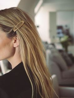 Hair clips are the most popular accessories these days! If you still haven't join this trend like me, let me show you some fancy hair clip styles that you. Office Hairstyles, Headband Hairstyles, Messy Hairstyles, Fashion Hairstyles, Pretty Hairstyles, Hair Scarf Styles, Short Hair Styles, Hair Inspo, Hair Inspiration
