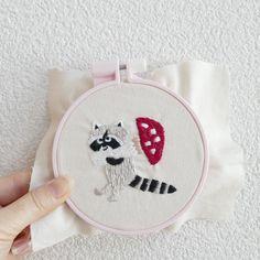 アライグマときのこ #刺繍 #embroidery #racoon #mushroom #きのこ #キノコ #アライグマ #handmade #ハンドメイド #pandafactory #brooch #ブローチ #刺繍ブローチ
