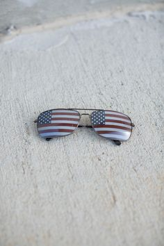 Feel patriotic when you where these stylish sunglasses! Rectangle shape frame with american flag print on the lens!
