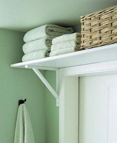 Put a shelf over bathroom door for extra storage. This is brilliant Space saver. Put a shelf over bathroom door for extra storage. This is brilliant Diy Casa, Small Bathroom Storage, Bedroom Storage Ideas For Small Spaces, Small Rooms, Organize Small Spaces, Home Storage Ideas, Space Saving Ideas For Home, Bath Towel Storage, Small Bathroom With Tub