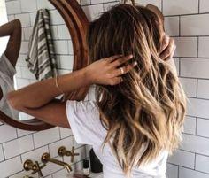 Ο πιο εύκολος τρόπος να πετύχεις beach waves στα μαλλιά σου
