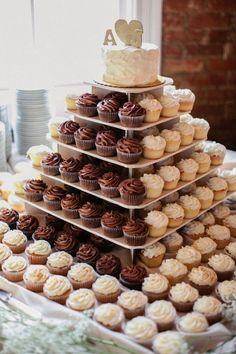 An idea for the wedding cake . just a top with cupcakes for guests. No need to slice and serve a cake . different flavors cupcakes. Wedding Desserts, Wedding Decorations, Wedding Ideas, Wedding Planning, Diy Wedding, Wedding Reception, Wedding Bands, Reception Food, Wedding Themes