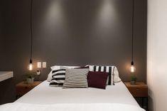 50 inspirações de cama sem cabeceira para você adotar já esta tendência Couple Bedroom, Suites, Dream Bedroom, Black Is Beautiful, Interior Design Living Room, Sweet Home, Furniture, Home Decor, Algarve