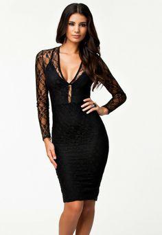 Este una dintre acele rochii de seara ce trebuie sa faca parte din garderoba ta.