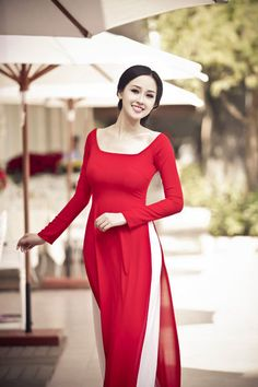 Page The name for the Vietnamese traditional dress, ao dai, is one of the rare foreign words that exist in the English dictionary. Beautiful flowing gowns in brillia. Vietnamese Traditional Dress, Vietnamese Dress, Traditional Dresses, Pakistani Dresses, Indian Dresses, Indian Outfits, Ao Dai, Indian Designer Outfits, Designer Dresses