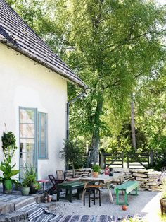 This dream house in Gotland is featured in the latest issue of Elle Decoration. Outdoor Spaces, Outdoor Living, Outdoor Decor, Scandinavian Cottage, Beautiful Homes, Beautiful Places, Weekend House, Elle Decor, Backyard Landscaping