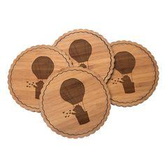 4er Set Untersetzer Rundwelle Igel im Heißluftballon aus Bambus  Natur - Das Original von Mr. & Mrs. Panda.  Diese runden Untersetzer als 4er Set mit einer wunderschönen Wellenform sind ein besonderes Highlight auf jedem Esstisch. Jeder Gläser Untersetzer wurde mit viel Liebe handgefertigt und alle unsere Motive sind mit besonders viel Hingabe von unserer Designerin gestaltet worden. Im Set sind jeweils 4 Untersetzer enthalten.    Über unser Motiv Igel im Heißluftballon  Ein kleiner Igel…
