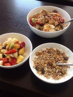 Yoghurt met vers gemaakte granola, vers fruitslaatje en een menselijk van beide. Wij eten dit elke middag dus zorgen we voor veel afwisseling. Voor het recept van de granola zie Mar mora-daily me. Smakelijk.