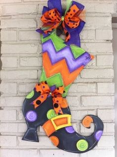 Witch Boot 2 Halloween Yard Art, Halloween Door Hangers, Fall Door Hangers, Halloween Painting, Halloween Signs, Halloween Projects, Holidays Halloween, Halloween Decorations, Halloween Wreaths