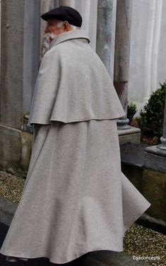 The must of the old Pyrenean man : Authentic Shepherd cape French Names, Country Fashion, Capes, Fashion Updates, Wool Fabric, Ark, Boutique, Clothes, Men Fashion