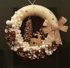 Christmas Yarn Wreaths, Felt Flower Wreaths, Pink Christmas Decorations, Christmas Swags, Valentine Decorations, Felt Christmas, Homemade Christmas, Christmas Projects, Christmas Holidays