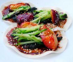 Kinesiska pannkakor med plommon och torrstekt fläsk