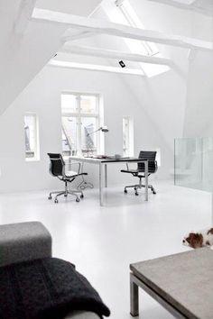 Un intercambio de casa con mucha personalidad: diseño minimalista, despachos abiertos para trabajar y vistas al lago. #freelance #Copenhagen