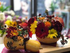 Profităm din plin de roadele toamnei! Aranjamentele florale în dovleac le regăsiţi în magazinele noastre. Mulțumim pentru că revii!  #floaredecolt #flowershop #CartonasulFloareDeColt #autumn #pumpkin #floralarrangement
