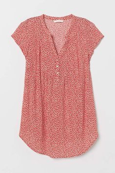 V-neck blouse in airy woven viscose fabric with a printed pattern. Buttons at top cap sleeves and elastication at back of waist. Red Blouses, Shirt Blouses, Summer Blouses, Gym Tops Women, Red And Black Outfits, Light Blue Top, Preppy Outfits, Preppy Clothes, Stitch Fix Outfits