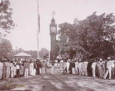 Europeanen bij de Stadsklok te Soerabaja