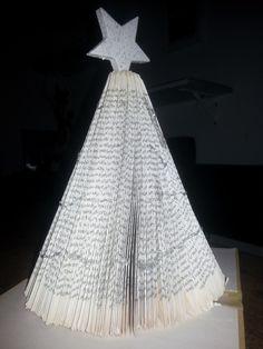 Basteln mit alten Büchern - Tannenbaum, verziert mit etwas Glitterkleber in silber Idee + Anleitung: http://lebenslust-lebenslust.blogspot.de/2013/12/3dez-diy-buchbaumchen.html