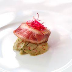 Filetto di tonno scottato con melanzane al pepe rosa