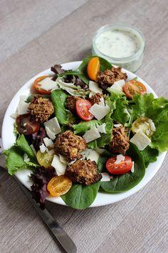 Caesar salad 1 œuf, des aiguillettes de poulet, huile, épices, moutarde, salade, parmesan, tomates cerise, Ciboulette, crème légère et jus de citron + des croutons.