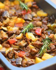 Sebzeli Fırın Kebabı Tarifi için Malzemeler 1 kilo kuşbaşı et 2 adet patates 2 adet patlıcan 3 adet yeşil biber 1 adet kuru soğan 1 adet kapya biberi 1 baş sarımsak