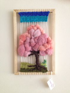 Árbol en Telar, hecho de lana natural y vellón. Pin Weaving, Weaving Art, Tapestry Weaving, Loom Weaving, Basic Hand Embroidery Stitches, Origami, Creative Textiles, Textile Fiber Art, Weaving Textiles