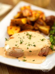Beef fillet in pink sauce- Filetto di manzo in salsa rosa Beef fillet in pink sauce is an easy and very appetizing, as well as refined dish. And then it is really fast to prepare! Veal Recipes, Fish Recipes, Cooking Recipes, Finger Food Appetizers, Appetizer Recipes, Beef Fillet, Beef Steak, Food For A Crowd, Italian Recipes