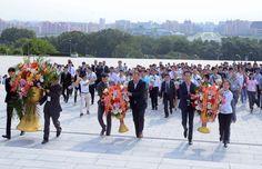 김일성동지와 김정일동지의 동상에 제12차 평양가을철국제상품전람회에 참가할 여러 나라와 지역의 대표단들 꽃바구니 진정