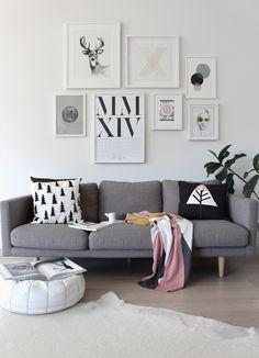 A Minimal and Liveable New Zealand Home By The Beach   Design*Sponge > witte lijsten boven de bank