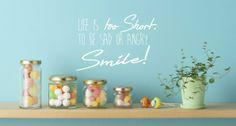 Leuke muursticker Smile... het leven is te kort om boos of verdrietig te zijn! van 101wwonstickers