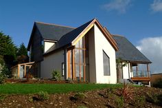 Timber Frame Houses & Buildings from Frame UK. Based in Cornwall, we have over 57 years in supplying Timber Frames UK wide - contact us. Modern Bungalow House Plans, House Plans Uk, Modern House Design, Self Build House Kits, Self Build Houses, Timber Frame Homes, Timber Frames, Oak Frame House, Small Modern Home