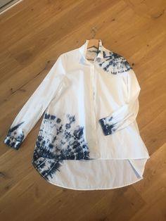 Sabori dark blue and hite How To Tie Dye, How To Dye Fabric, Tye Dye, Textile Dyeing, Tie Dye Crafts, Tie Dye Techniques, Shibori Tie Dye, Tie Dye Shirts, Indigo Dye