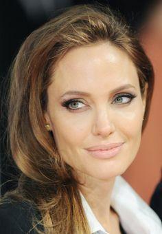 Angelina Jolie - Αμέσως μόλις εμφανιστεί στο κόκκινο χαλί μας κόβει την ανάσα με τη φυσική της ομορφιά που ξέρει να τονίζει με μόλις λίγο eyeliner, ρουζ και nude χείλη. Τελειότητα. #BAFTA
