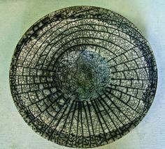 Shamai Gibsh: Plate, D: 30x6cm. Porcelain, naked raku.