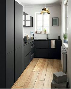 """- ❤️ Arquiteta Gabi Gochinski (@arquiteturacomamor) no Instagram: """"Cozinha em preto fosco e madeira toda linda e funcional!!!! Via @olharinteriores"""""""