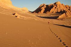 A caminhada pelo Valle de la Luna atravessa dunas em meio a um silêncio quase absoluto, cortado apenas pelo vento e pelos passos na areia