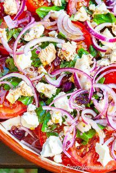 Tomatsallad kan du variera med olika ingredienser som här med rödlök, färsk basilika och mozzarella. En tomatsallad kan du laga med enbart tomater eller lägga det du gillar. Salad Recipes, Dessert Recipes, Healthy Recipes, Caprese Salad, Pasta Salad, Lchf, Keto, Brunch, Easy Meals