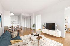 Pienillä jutuilla saa helposti ja edullisesti tunnelmaa ja kodikkuutta! Koriste-esineillä, tyynyillä, vilteillä, kynttilöillä, maljakoilla, lampuilla sekä huonekasveilla teet kodistasi entistä kodikkaamman. Niitä on myös helppo vaihdella vuodenajan ja tyylimuutoksen mukaan. Tämä ihana olohuone löytyy vapaasta asumisoikeusasunnosta Jyväskylän Palokasta! Teet, Contemporary, Rugs, Home Decor, Farmhouse Rugs, Decoration Home, Room Decor, Home Interior Design, Rug