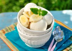 Try Grandma's old fashioned banana ice cream recipes. There's nothing like the all-natural flavor of bananas in a creamy homemade ice cream. Homemade Banana Ice Cream, Chocolate Chip Ice Cream, Healthy Ice Cream, Banana Cream, Cold Desserts, Desserts To Make, Banana Recipes, Ice Cream Recipes, Bananas