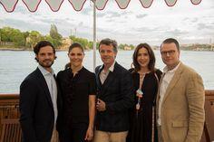 Kongeskibet Dannebrog har lagt til kaj ved Skeppsholmen i det centrale Stockholm, hvor Kronprinsparret lige nu er værter ved en middag med deltagelse af H.K.H. Kronprinsesse Victoria og H.K.H. Prins Daniel af Sverige samt H.K.H. Prins Carl Philip af Sverige. Fra i morgen står Kronprinsparret i spidsen for et officielt erhvervs fremstød i Sverige, hvor flere end 60 danske virksomheder deltager.