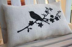 Você pode fazer as suas almofadas personalizadas, utilize um tecido neutro, escolha a imagem que mais lhe agrada, estique bem o tecido e pinte com tinta para tecido.