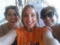 Good Morning Travellers! Have a nice day!  👣😁🙊 #freetour #catedral #giralda #realalcazar #monumentos #freewalkingtour #travellers #guidedtours #visitasguiadas #viajeros #spain #portugal #travelworld #travelphotography #lovesevilla #andalucia #visitesguidees #visitesapied #Sevilla #Málaga #Córdoba #Granada #Cádiz #Madrid #Lisboa #Porto #vacacionesblogger2 #niceday #enjoy #enjoyinglife La imagen puede contener: 3 personas, personas sonriendo, gafas de sol, primer plano y exterior
