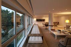 Apto Chopin - Lindo banco de madeira de demolição com futon. ótima solução para o layout da sala.