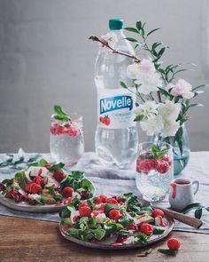 Vadelma-vuohenjuustosalaatti  Raspberry-goat cheese salad | Talvella en ehkä ihan syönyt puolta kiloa kasviksia päivässä  Mutta nyt maistuu taas salaatti ja onneksi sen ei tarvitse olla tylsää! Vadelma-vuohenjuustosalaatin pinkin kastikkeen surautin kotimaisista vadelmista  Resepti ja alkoholiton juomavinkki kevään juhliin blogissa linkki profiilissa!  . . . #kaupallinenyhteistyö @hartwallnovelle #hartwallnovelle @asennemedia #vadelma #seljankukka #kivennäisvesi #juoma #mocktail #salaatti…
