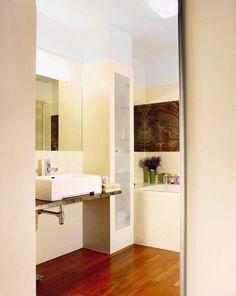 MIEJSCE NA WAGĘ ZŁOTA. W 4-metrowej łazience po zainstalowaniu niezbędnych urządzeń sanitarnych pozostał skrawek wolnej przestrzeni między w...
