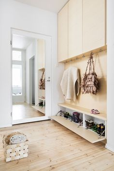 Shoe solutions to entrance Hallway Shelving, Flur Design, Small Space Interior Design, Hallway Designs, House Entrance, Small Entrance Halls, Laundry Room Design, Hallway Decorating, Small Apartments
