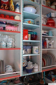 tee itse,washiteippi,astiakaappi,tiskikaappi,punainen,vaaleansininen,värikäs,lautaset,kahvikupit,astiat,emaliastiat,keittiö,mökki,Tee itse - DIY